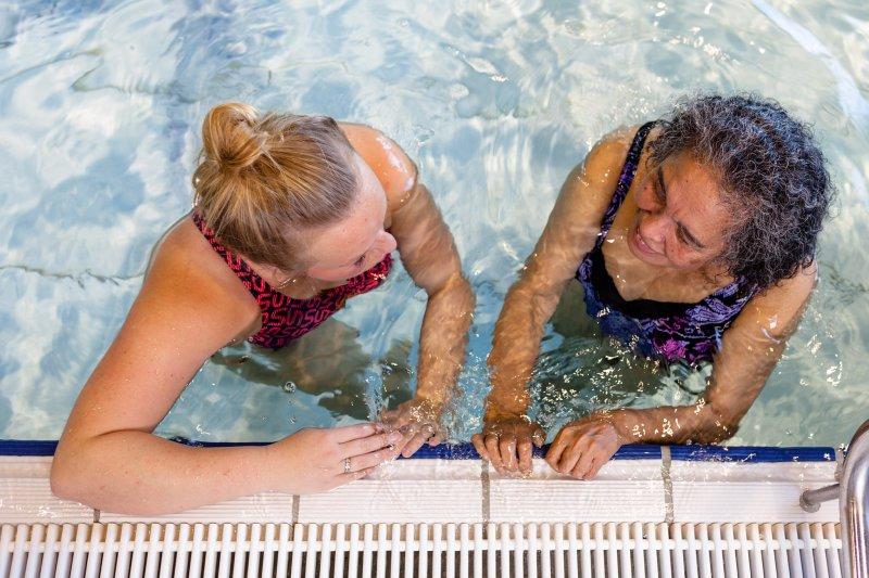 Ook dit jaar haalde ze weer haar speldje van de Zwem4daagse. Ze heeft de namen van haar begeleiders erop laten graveren – om te onthouden wie haar zo goed geholpen hebben als ze het straks niet meer precies weet.